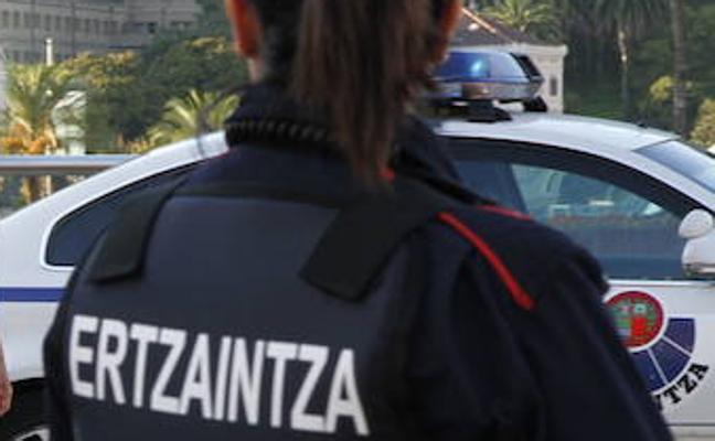 Ertzainas trepan a un andamio para detener a un ladrón que pretendía acceder a un edificio de Bilbao