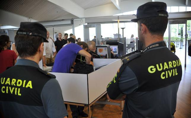 SOS Racismo denuncia islamofobia en el aeropuerto de Loiu por un «control aleatorio» a una mujer con hiyab