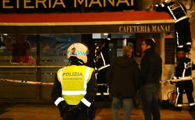 Los bomberos sofocan un incendio en un bar de Vitoria