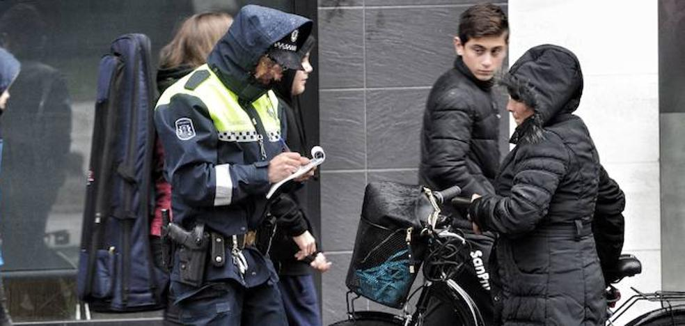 Las 25 infracciones que se cometen con frecuencia en Vitoria y que podrían costar hasta 1.000 euros