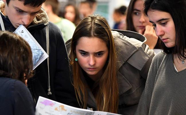 Futuros universitarios eligen su camino en el Euskalduna