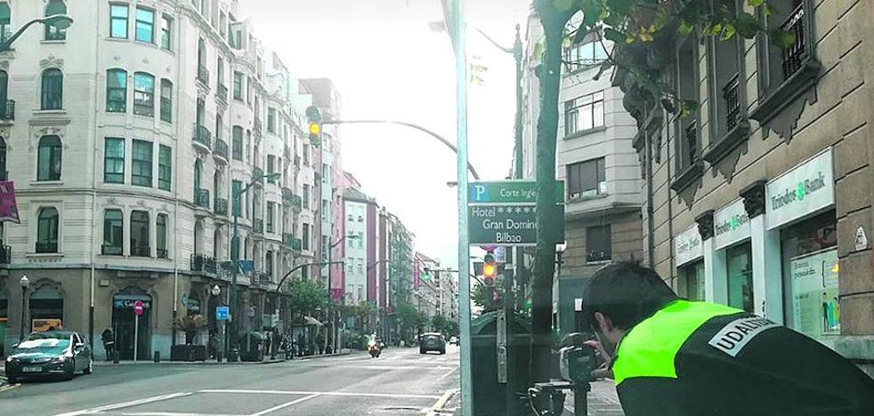La Policía Municipal de Bilbao coloca un radar móvil junto a los que no funcionan en alameda Rekalde