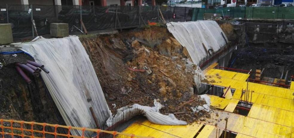 Un talud de la calle Bernat Etxepare de Galdakao se derrumba sobre unas obras