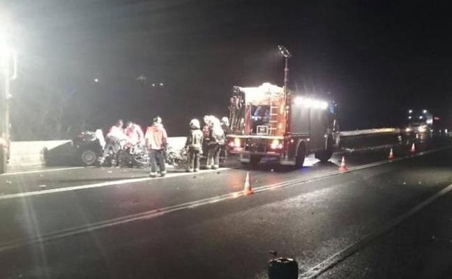Dos jóvenes franceses fallecen en Irún al chocar su coche con un camión