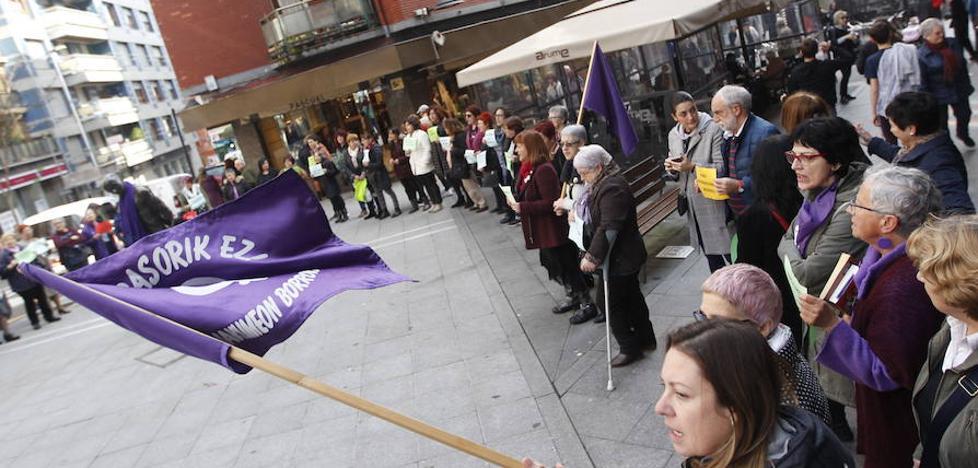 Basauri denuncia la violencia machista con una silla vacía por cada mujer asesinada