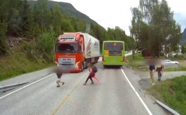 Un camionero evita atropellar a un niño por centímetros