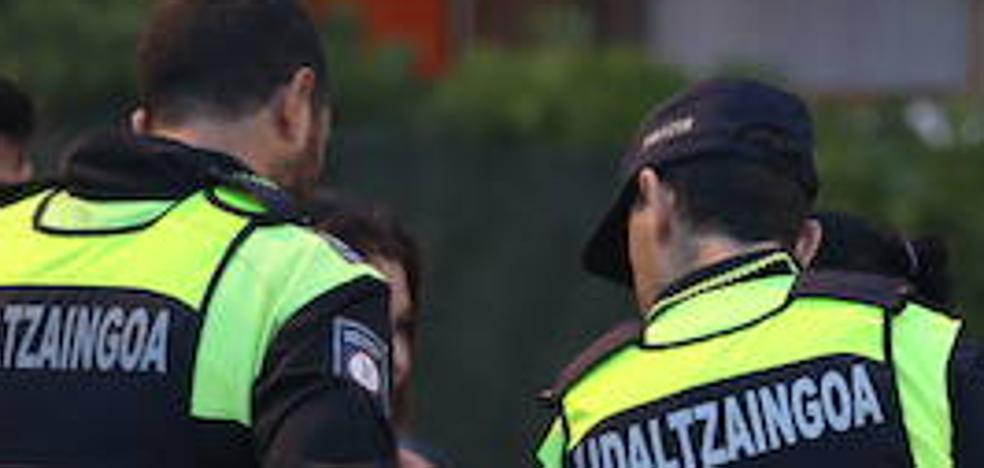 Una conductora ebria choca contra un coche policial mientras usaba el móvil en Getxo