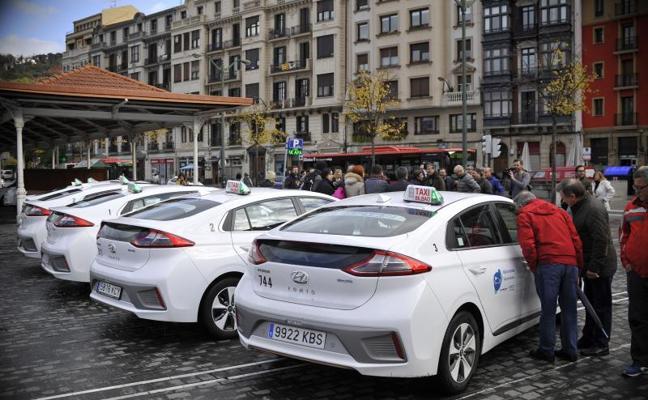 Seis taxistas de Bilbao estrenan coches eléctricos