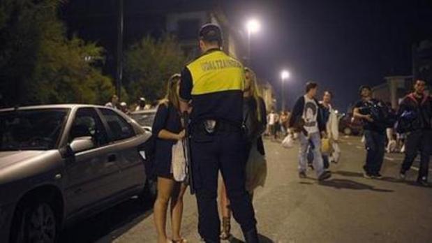 Choca con un vehículo de la Policía de Getxo mientras usaba el móvil, ebria y con el carné retirado