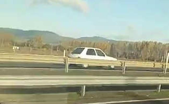 Un vehículo circula varios kilómetros en sentido contrario en la A-1, a la altura de Júndiz