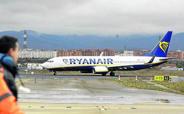 Un vuelo de Ryanair da vueltas 20 minutos en el aire a la espera de la apertura de Foronda