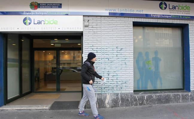 Casi la mitad de los contratos que se firman en Euskadi tienen una duración inferior a un mes