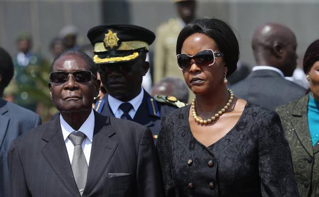 Robert Mugabe y su señora esposa