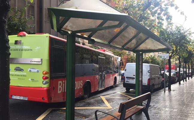 El PP califica de «crimen estético» la aparición de bancos de parque en varias paradas de Bilbobus