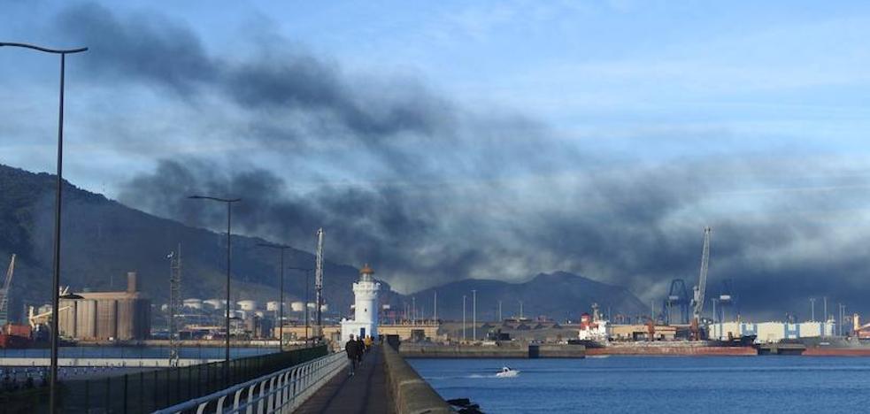 Una densa columna de humo negro procedente del Superpuerto alarma a los vecinos de Santurtzi y Zierbena