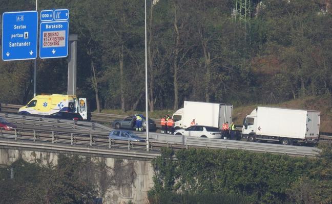 Vuelve la normalidad en el puente de Rontegi tras el choque entre dos camiones y un coche