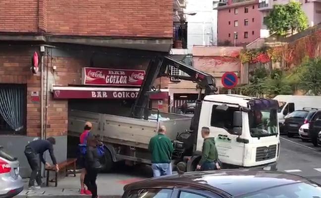 Un camión-grúa se empotra contra un bar en Basauri