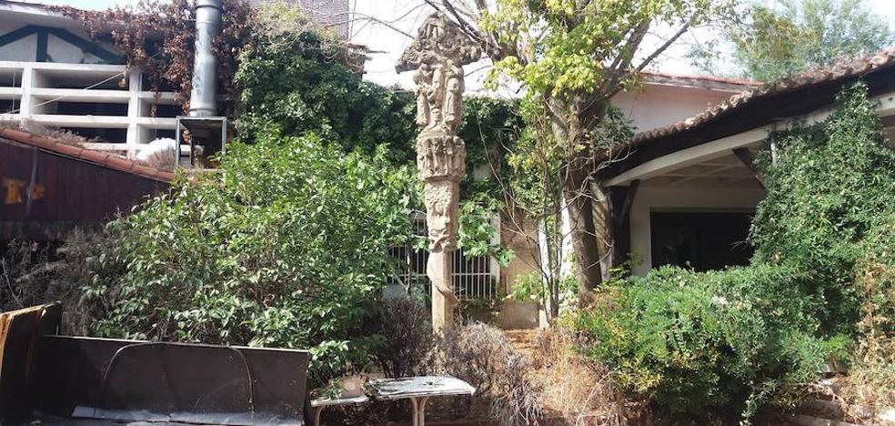 Una replica de la cruz de Kurutziaga languidece entre zarzas y escombros en la Casa de Campo de Madrid