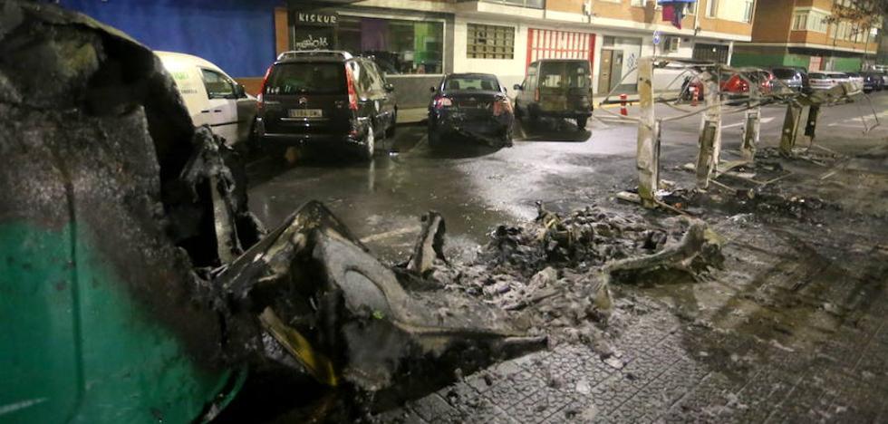 Cuatro coches sufren daños al incendiarse cinco contenedores en Leioa