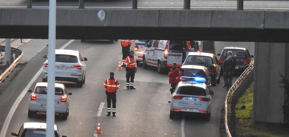 El desvanecimiento de un conductor provoca más de dos horas de retenciones en el puente de Rontegi