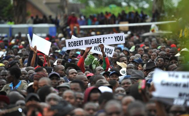 Miles de zimbabuenses piden la salida de Mugabe en una protesta permitida por el Ejército