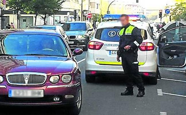 Un ciudadano acude al Juzgado de Guardia de Vitoria para denunciar a un agente de la Policía Local que le multó