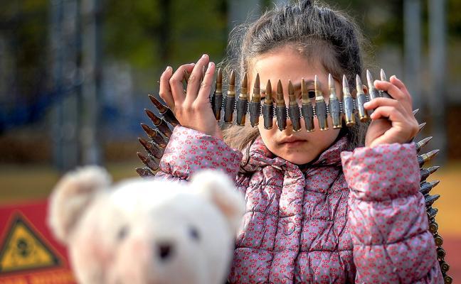 Save The Children convierte el parque infantil junto al Guggenheimen una zona de guerra