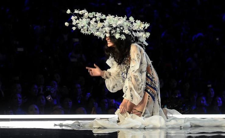La cómica caída de un ángel de Victoria's Secret 2017 en pleno desfile