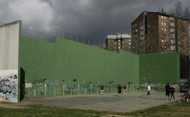 El Ayuntamiento destina 80.000 euros a mejoras en el frontón de Río Ebro, iluminación y juegos