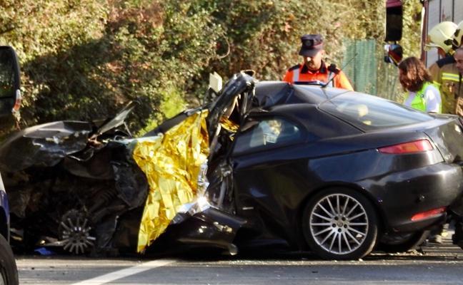 Muere una conductora al chocar de frente su coche contra un camión en Amorebieta