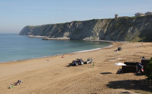 Getxo prorroga un año el contrato de la limpieza de las playas por 400.000 euros