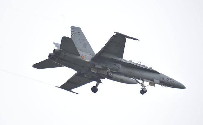 El estruendo de un F-18 del Ejército del aire sobre Lezama