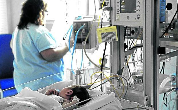 Área de cuidados intensivos de la Unidad de Pediatría del Hospital de Cruces./FERNANDO GÓMEZ