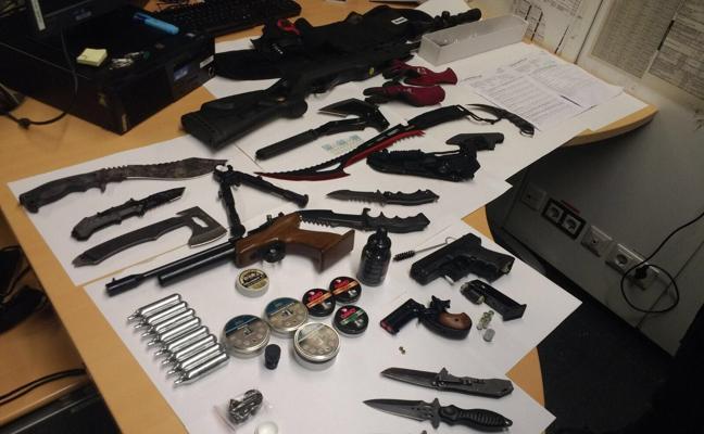 Un hombre en tratamiento psiquiátrico se presenta en una comisaría de la Ertzaintza con una decena de armas blancas y pistolas simuladas