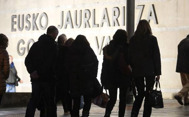Un funcionario vasco cobra hasta 21.600 euros más que uno estatal