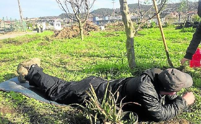Un joven se encadena para entorpecer la obra de Ibarbengoa