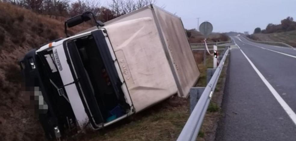 Fallece un camionero tras sufrir un desvanecimiento y salirse de la calzada en Ribera Alta