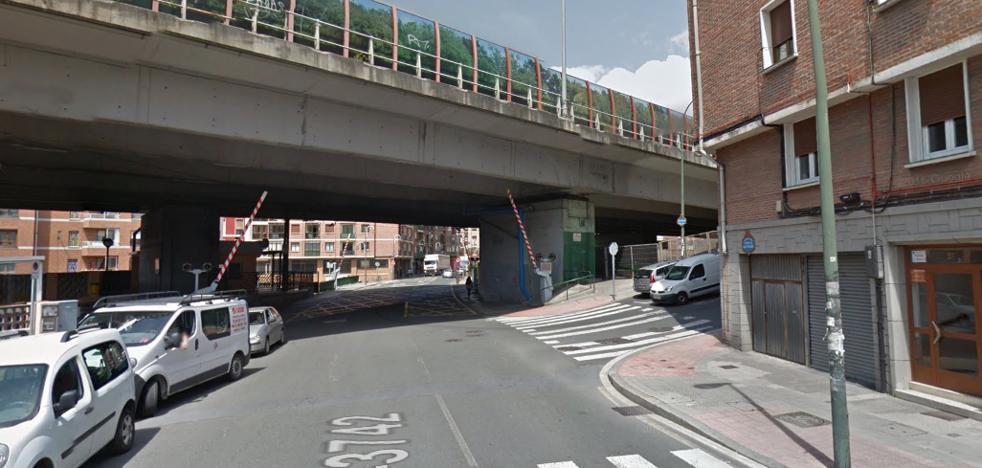 Un 'bilbobus' atropella a una mujer y a su hija de 14 años en un paso de peatones de Zorroza