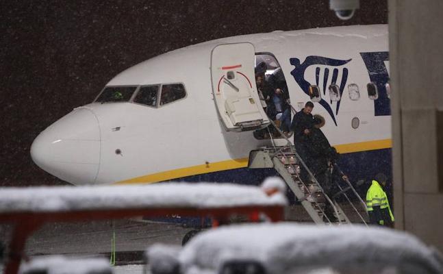 «No nos han dado ni agua», dicen los pasajeros que se negaron a volar tras 4 horas atrapados en un avión de Ryanair en Foronda
