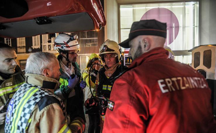 El simulacro de incendios en la estación del Casco Viejo de Bilbao, en imágenes