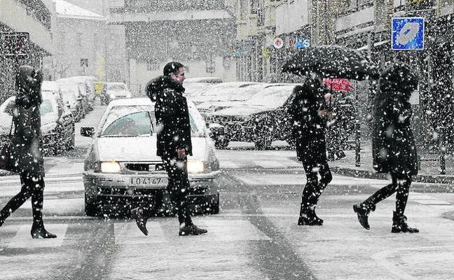 El temporal de nieve llega a las calles de Haro pero no altera el ritmo de la ciudad