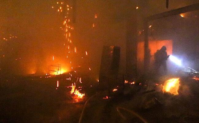 Dos heridos en Erandio al arder un pabellón abandonado utilizado por personas sin hogar