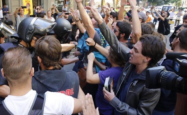 Unas 300 personas protegen la sede de la CUP ante una concentración «fascista»