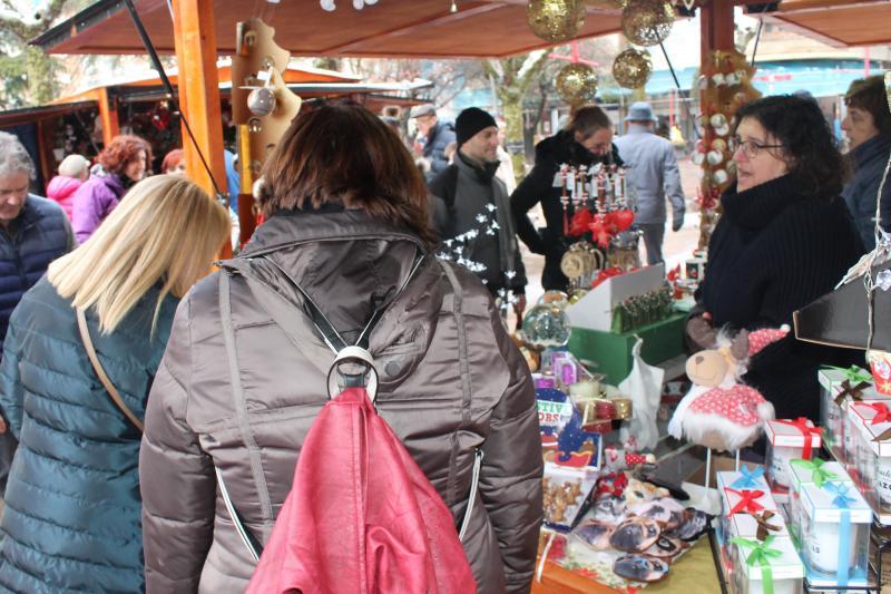 La llegada del frente frío propició un ambiente navideño más auténtico al séptimo mercado
