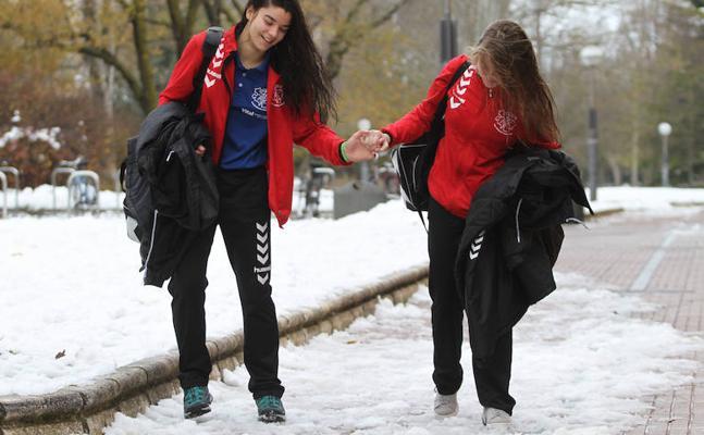 La nieve helada provoca caídas y dificultades en las calles de Vitoria