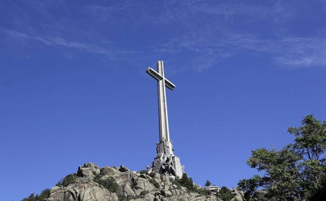El PSOE contempla la retirada de los restos mortales de Franco del Valle de los Caídos