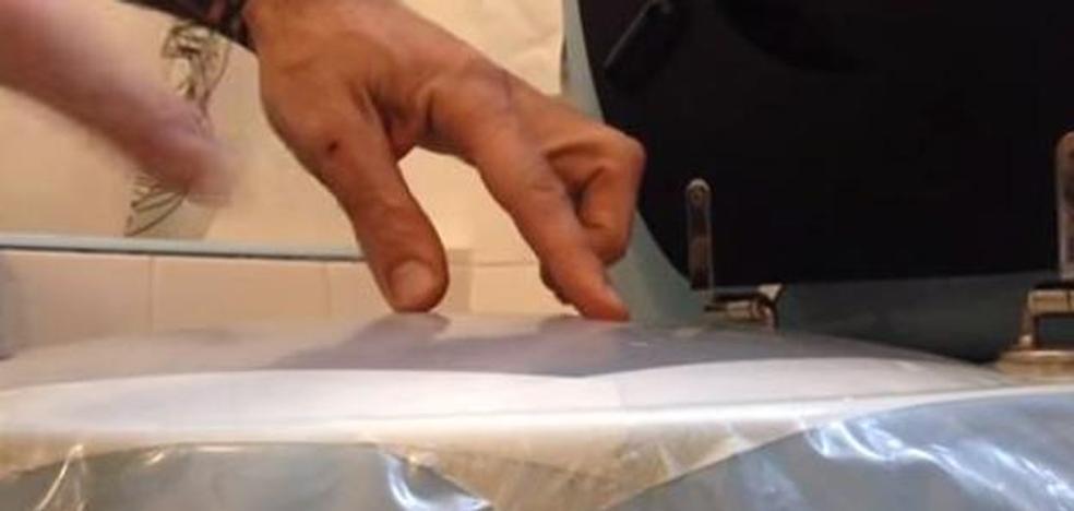 El truco para desatascar el váter sin mancharnos ni un solo dedo