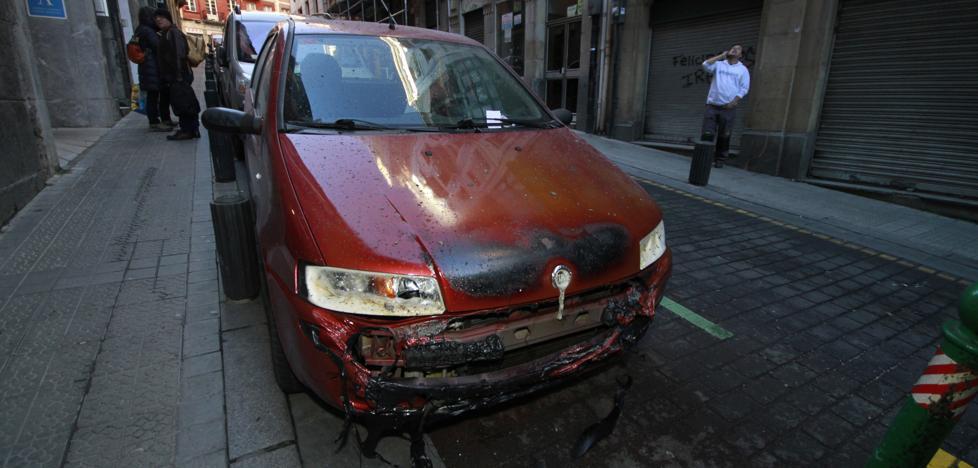 Arden dos coches de madrugada al quemarse dos contenedores en Bilbao