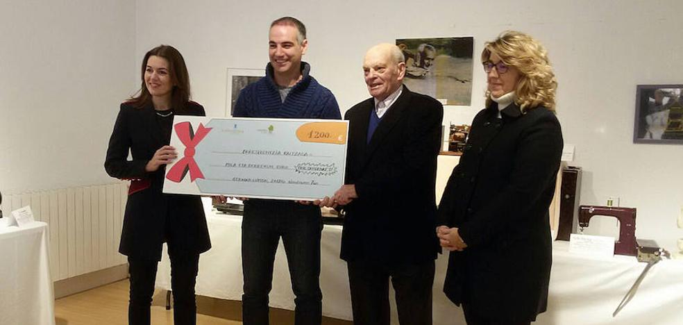 Las corales Gernika de París y Andra Mari de la villa donan 1.200 euros a la residencia Calzada