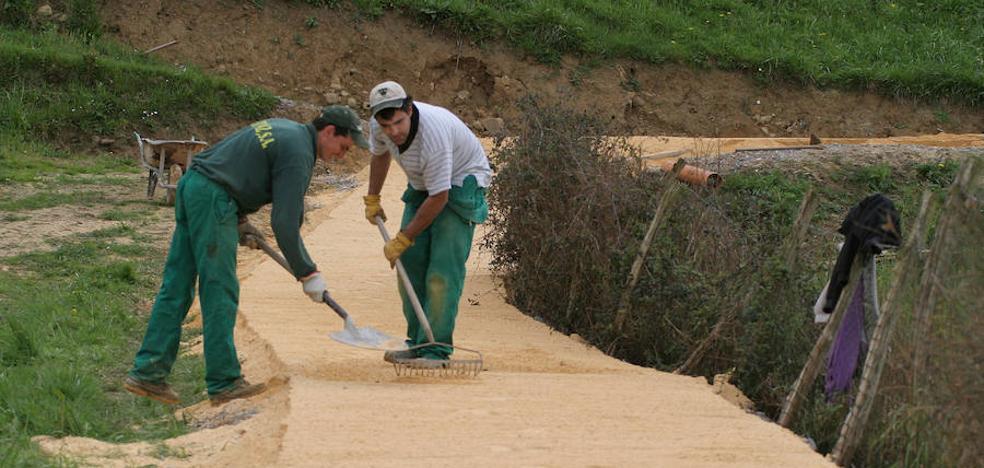 Lea Artibai combina la reinserción laboral con la limpieza de senderos